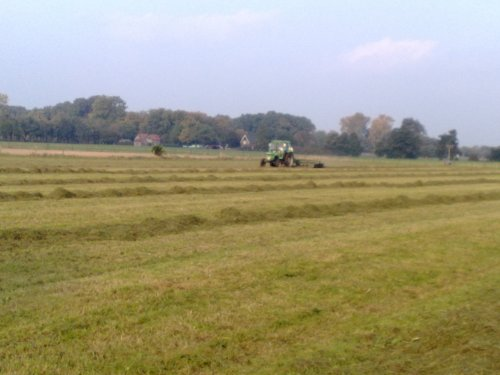 Foto van een Deutz D6206, bezig met gras harken.. Geplaatst door brunus op 12-10-2008 om 19:30:41, op TractorFan.nl - de nummer 1 tractor foto website.