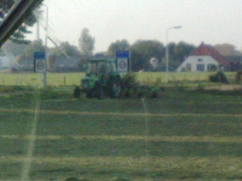 Foto van een Deutz D6206, bezig met gras harken.. Geplaatst door brunus op 12-10-2008 om 19:31:04, op TractorFan.nl - de nummer 1 tractor foto website.