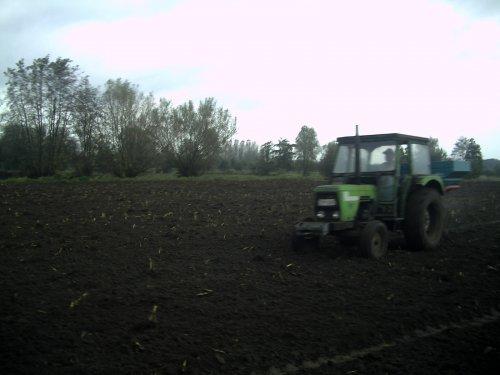 Foto van een Deutz D6007 gras aan het zaaien met de schijvenstrooier. Geplaatst door BEboer op 15-10-2008 om 18:47:57, met 2 reacties.