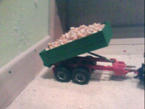 Foto van een Deutz D9005, bezig met dumperen.. Geplaatst door superluc op 29-10-2008 om 15:43:59, met 4 reacties.