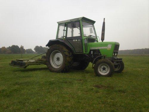 Foto van een Deutz D6006, bezig met gras maaien. ff een stukkie bloten op stage. Geplaatst door ford8630power op 05-11-2008 om 20:58:17, met 13 reacties.