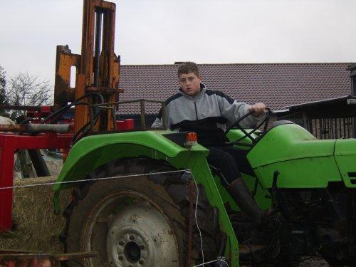 Een foto van een Deutz D4006 bezig met balen halen. Geplaatst door  op 24-02-2009 om 11:52:47, op TractorFan.nl - de nummer 1 tractor foto website.