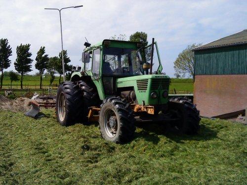 Foto van een Deutz D8006 met een holoras kuilverdeler, bezig met gras inkuilen.. Geplaatst door jeroen16 op 15-06-2009 om 18:15:29, met 2 reacties.