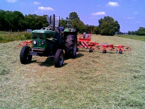 Foto van een Deutz D6806, bezig met gras schudden.. Geplaatst door SkarphofJDFan op 30-06-2009 om 16:40:08, met 4 reacties.