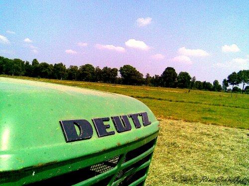 Foto van een Deutz D6806, bezig met gras schudden.. Geplaatst door SkarphofJDFan op 30-06-2009 om 16:40:14, met 3 reacties.