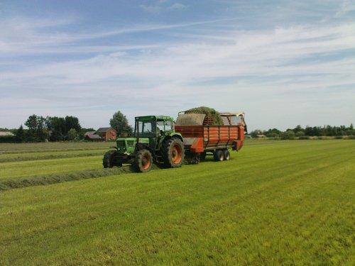 Foto van een Deutz D10006, bezig met gras inkuilen.. Geplaatst door joozt op 16-07-2009 om 18:54:40, met 8 reacties.