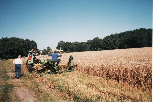 Foto van onze Deutz D4506,en de Lanz LKB graanmaaier, bezig met graanmaaien. Foto gemaakt in 1992.. Geplaatst door ramele op 20-09-2009 om 11:45:23, op TractorFan.nl - de nummer 1 tractor foto website.