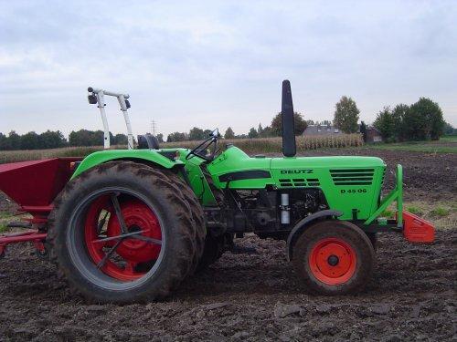 Foto van een Deutz D4506, bezig met zaaien.. Geplaatst door markkie op 19-10-2009 om 18:35:45, op TractorFan.nl - de nummer 1 tractor foto website.