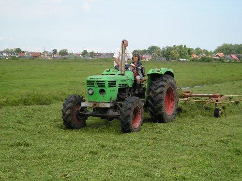 Foto van een Deutz D6206, bezig met gras schudden.. Geplaatst door jippe op 30-12-2009 om 09:51:35, met 14 reacties.