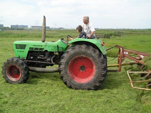Foto van een Deutz D6206, bezig met gras schudden.. Geplaatst door jippe op 30-12-2009 om 12:12:33, met 8 reacties.