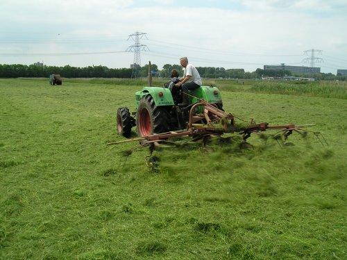 Foto van een Deutz D6206, bezig met gras schudden.. Geplaatst door jippe op 30-12-2009 om 12:13:17, met 6 reacties.