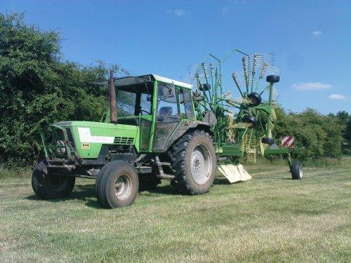 Foto van een Deutz D7207, bezig met gras harken. Gistermiddag nog een beetje gras bij elkaar geharkt.