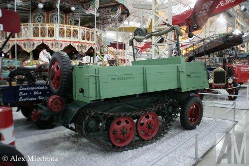 Foto van een Deutz 1500 Waldschlepper, opgebouwd als open laadbak.. Geplaatst door Alex Miedema op 06-12-2014 om 14:00:36, op TractorFan.nl - de nummer 1 tractor foto website.