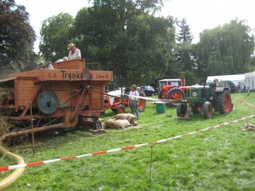 Foto van een Deutz F3l514, bezig met dorsen op landgoed Marienwaard in Beesd. Geplaatst door fiatjuh op 24-08-2010 om 20:55:10, op TractorFan.nl - de nummer 1 tractor foto website.