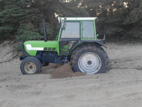 Foto van een Deutz D7207, bezig met poseren. ja het blijft toch mooi speelgoed. Geplaatst door dendeutz op 13-07-2011 om 18:59:37, op TractorFan.nl - de nummer 1 tractor foto website.