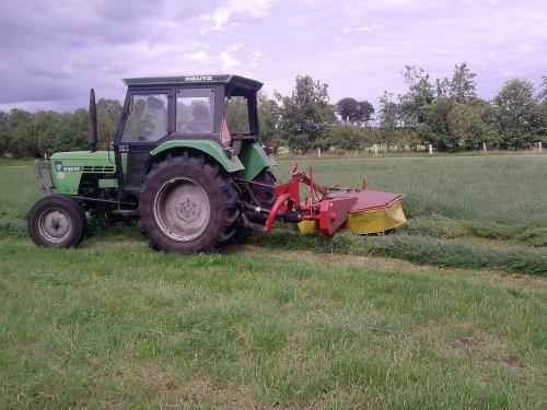 Foto van een Deutz D6207, bezig met gras maaien.. Geplaatst door bjornboink op 29-07-2011 om 18:13:00, met 2 reacties.