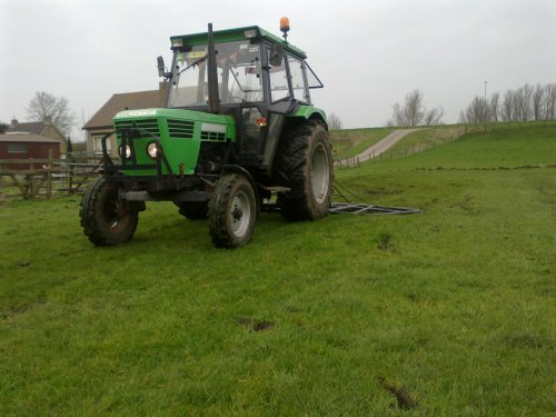 Foto van een Deutz D6206, bezig met weideslepen.. Geplaatst door jwvanerk op 18-03-2012 om 13:05:06, op TractorFan.nl - de nummer 1 tractor foto website.