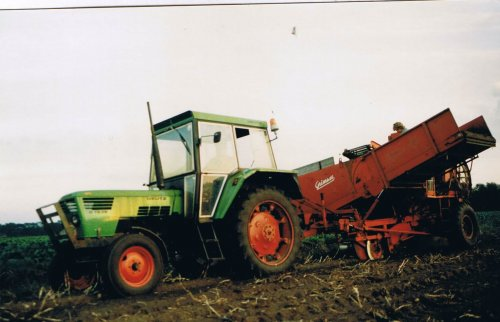 Foto van een Deutz D7206, bezig met aardappels rooien. uit de oude doos. Geplaatst door henkieturbo op 15-06-2012 om 21:50:52, met 3 reacties.
