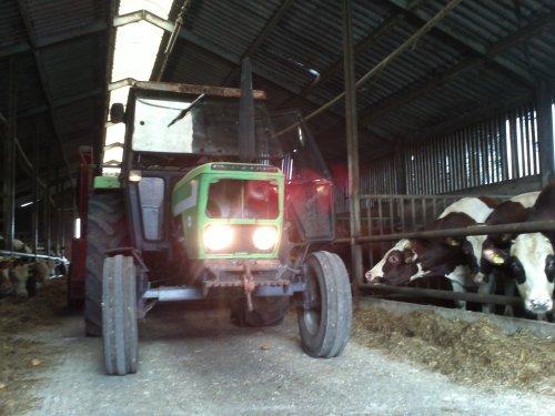 Foto van een Deutz D6007, bezig met voeren.. Geplaatst door gerjan600 op 01-07-2012 om 13:25:13, op TractorFan.nl - de nummer 1 tractor foto website.