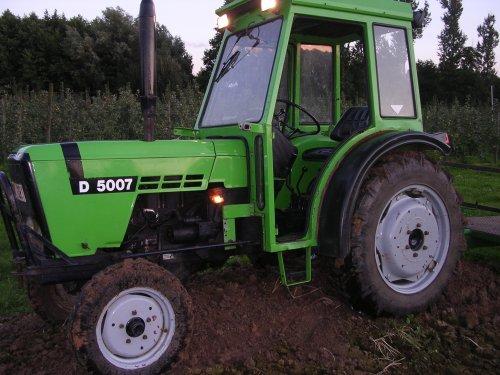 Mijne Deutz D 5007 op klein bergje. Geplaatst door sissens op 30-07-2007 om 06:12:24, met 6 reacties.