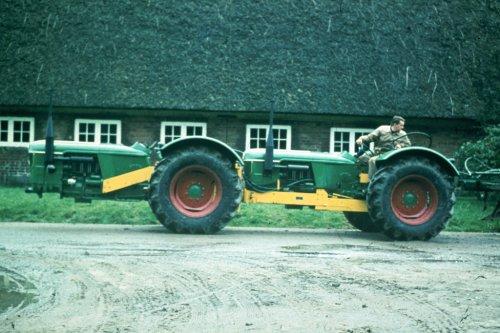 Foto van een Deutz D5505 Tandem, bezig met poseren. Bron: http://www.deutz-traktoren.de/. Geplaatst door KubotaB6001 op 02-11-2012 om 18:39:53, met 12 reacties.