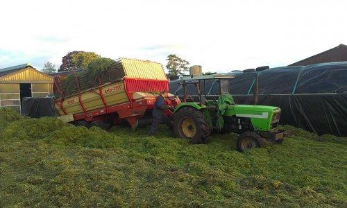 Foto van een Deutz D4007, bezig met gras inkuilen.. Geplaatst door dx11 op 02-06-2013 om 07:19:32, met 2 reacties.
