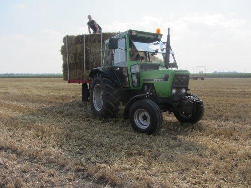 Foto van een Deutz D6007 C, bezig met balen halen.. Geplaatst door Wilco vd Kuilen op 25-08-2013 om 12:13:22, op TractorFan.nl - de nummer 1 tractor foto website.