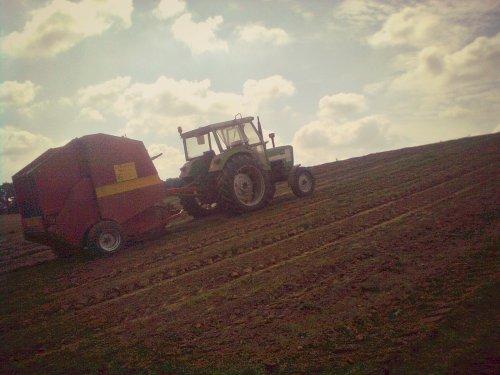 Foto van een Deutz D6807, bezig met balen persen. Geplaatst door Smety op 20-09-2013 om 22:09:54, op TractorFan.nl - de nummer 1 tractor foto website.