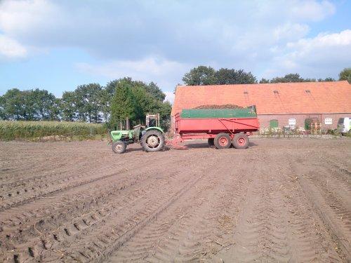 Foto van een Deutz D5206, bezig met aardappels rooien.. Geplaatst door Valtra-fan Teun op 09-10-2013 om 19:26:11, met 4 reacties.