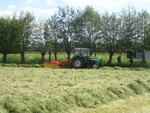 Foto van een Deutz D5207, bezig met gras harken.. Geplaatst door marijnmethorst op 04-11-2013 om 16:09:50, met 3 reacties.