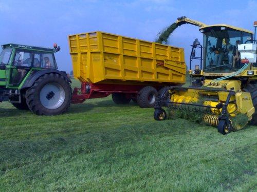 Foto van een Deutz DX 110, druk bezig met Gras hakselen. Vroeger :-D. Geplaatst door bikkertie op 30-12-2013 om 11:45:52, met 12 reacties.