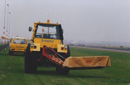 Foto van een Deutz IN-trac 2004, bezig met gras maaien op Schiphol foto ter beschikking gesteld door Robdeutz.