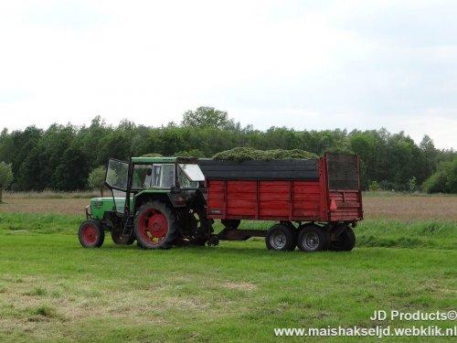 Foto van een Deutz D7206,aan het gras hakselen in Hulshorst.Kijk ook op www.maishakseljd.webklik.nl ZIE OOK DE VIDEO https://www.youtube.com/watch?v=SZhlPnlMEFk