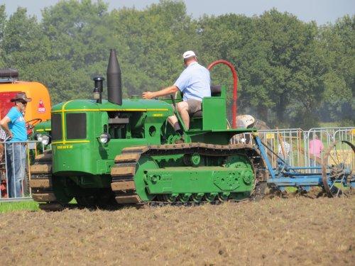 Foto van een Deutz Rups trekker, bezig met ploegen / eggen.. Geplaatst door oldtimergek op 03-08-2014 om 23:18:06, op TractorFan.nl - de nummer 1 tractor foto website.