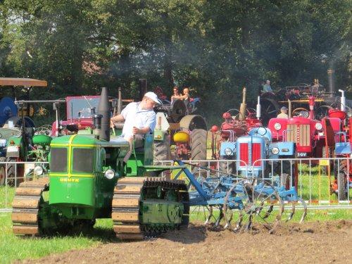 Foto van een Deutz Rups trekker, bezig met ploegen / eggen.. Geplaatst door oldtimergek op 03-08-2014 om 23:18:37, op TractorFan.nl - de nummer 1 tractor foto website.