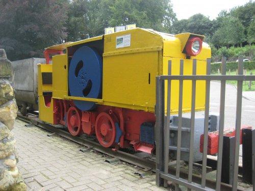 Foto van een Deutz lokomotief, bezig met poseren. Een 1 cilinder, aan de de 'drijfstang te zien en aantal wagons wat erachter hing zal er wel een beste zuiger in zitten voor genoeg vermogen. Deze staat in Valkenburg waar die vroeger ook dienst heeft mogen doen in kolenmijn.