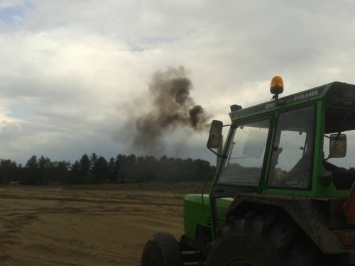 Foto van een Deutz D7807, bezig met trekkertrekken. rookt normaal helemaal niks maar in lage touren wel.