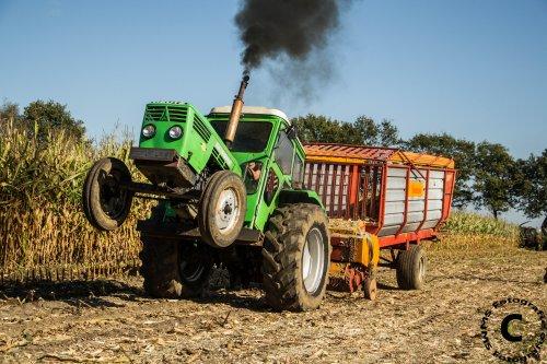 Foto van een Deutz D6206, bezig met maïs inkuilen. [@KoenDeutz] met zijn Deutz D6206, de pickup van de opraapwagen zal toch wel zwaar zijn.  Meer foto's zijn te bezichtigen op [url=https://www.facebook.com/media/set/?set=a.798926520150060.1073741923.558726384170076&type=1]MS Fotografie[/url]