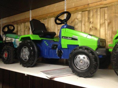 Foto van een Deutz Traptrekker. Agroxtra dx nieuw uit doos lastig model om in goede staat te vinden. merk is Rolly Toys