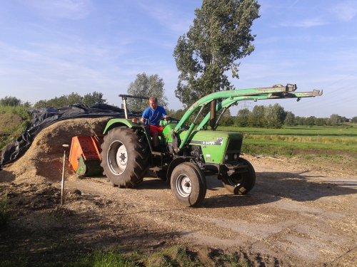 Foto van een Deutz D6507 met Holaras, druk bezig met Voeren.. Geplaatst door ricooo12 op 09-08-2015 om 16:00:14, op TractorFan.nl - de nummer 1 tractor foto website.