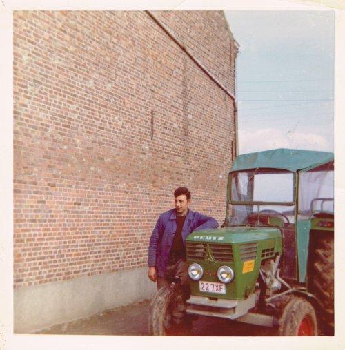 Foto van een Deutz D4006, Men grootvader die poseert na de eerste werkdag van zijn nieuwe (en enigste ooit) trekker. foto van 1969
