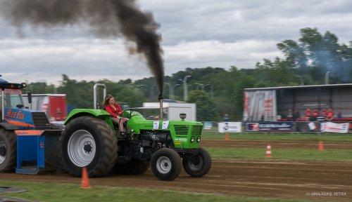 Girl power met een Deutz D13006. Geplaatst door farmer 2 op 22-05-2016 om 21:46:24, op TractorFan.nl - de nummer 1 tractor foto website.