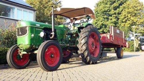 Foto van een Deutz D5005 met homemade zonnedakje. Maïs hakseln 2016 met hakselploeg 7. Geplaatst door F2L612 op 24-09-2016 om 21:09:25, op TractorFan.nl - de nummer 1 tractor foto website.