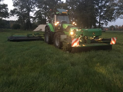 Foto van een Deutz-Fahr Agrotron 6150 c-shift met kuhn/JD fc 313 maaiers voor en achter. Geplaatst door SietseMF op 17-10-2017 om 06:18:14, op TractorFan.nl - de nummer 1 tractor foto website.