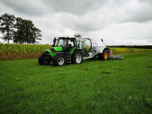 Foto van een Deutz-Fahr Agrotron M 600 aan het bemesten met een joskin modulo 11000 win pack. Geplaatst door Russcher op 20-08-2018 om 15:32:49, op TractorFan.nl - de nummer 1 tractor foto website.