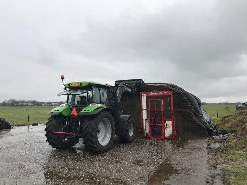 Foto van een Deutz-Fahr Agrotron K 100, zand van de kuilbult halen.. Geplaatst door MulderDeutz1 op 10-02-2019 om 17:33:07, met 3 reacties.