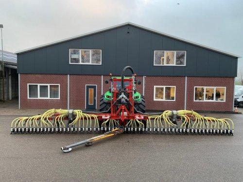 Hier zie je Gerben Willemse Loon- en Verhuurbedrijf (Meerkerk) × met een Deutz-Fahr Agrotron 6180 TTV.nieuwe bemester is er klaar voor