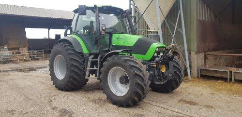 Foto van een Deutz-Fahr Agrotron 150 Daar is hij dan de nieuwe aanwinst op de boerderij met  knappe 800 bandjes is t een mooie trekker voor de mest tank