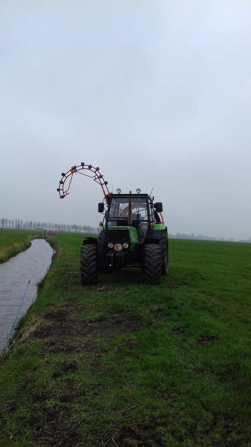 Foto van een Deutz-Fahr DX 3.90 aan het drainage doorspuiten.. Geplaatst door mennodeutz op 20-03-2019 om 19:32:10, op TractorFan.nl - de nummer 1 tractor foto website.
