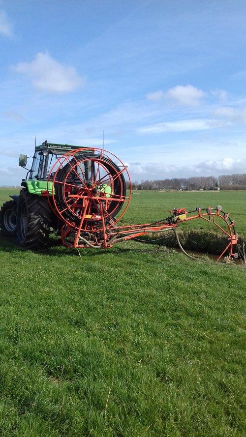 Foto van een Deutz-Fahr DX 3.90 aan het drainage reingeren.. Geplaatst door mennodeutz op 23-03-2019 om 16:25:44, op TractorFan.nl - de nummer 1 tractor foto website.